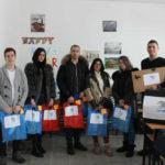 Članovi Centra pred uručivanje humanitarne pomoći đacima