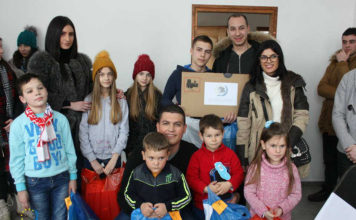 Članovi Centra sa đacima u selu Vidanje, opština Klina