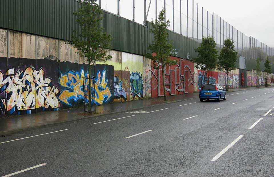 Zid u Belfastu koji razdvaja unioniste od nacionalista