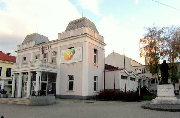 Knjaževsko srpski teatar sa spomenikom Joakimu Vujiću