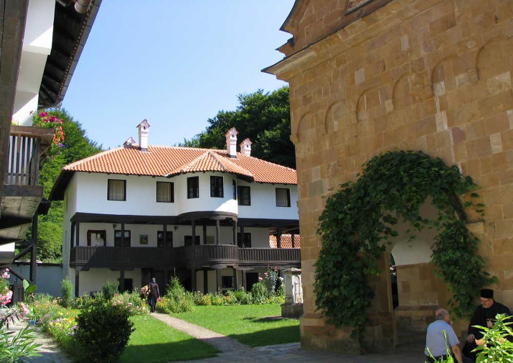 Manastir Vraćevšnica sa pogledom na obnovljeni Milošev konak
