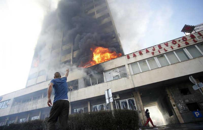 Scena sa velikih nereda u Tuzli 2014. godine