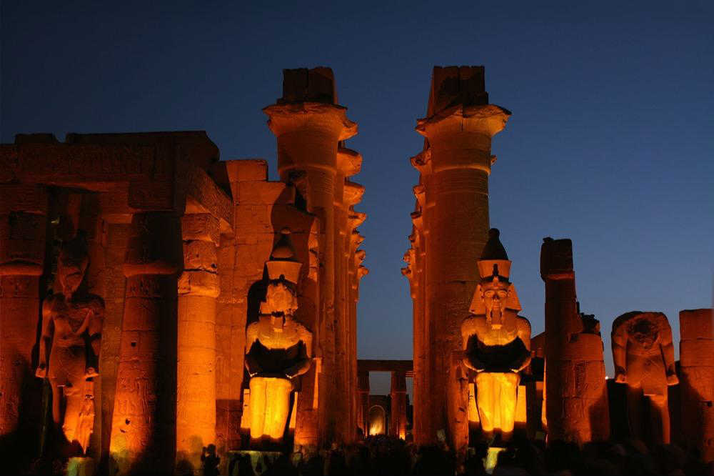 Hram u Luksoru noću
