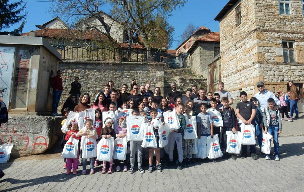"""Mališani iz Orahovca sa paketićima koje je obezbedila kompanija """"A&P"""" (Foto: Katarina Steljić)"""