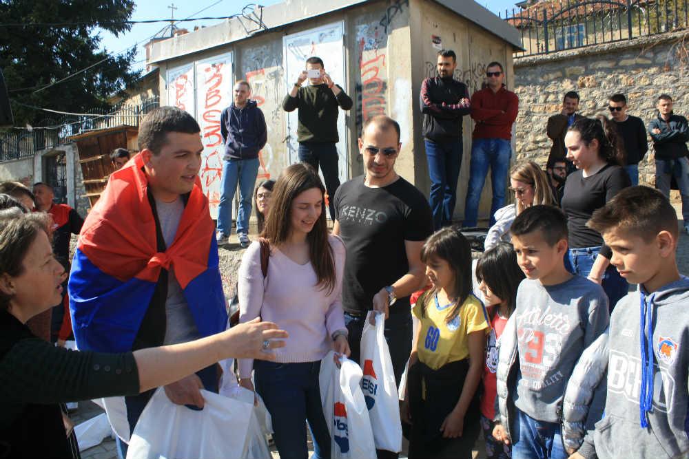Radomir Jovanović i Aleksandar Klarić sa decom u Orahovcu (Foto: Katarina Steljić)