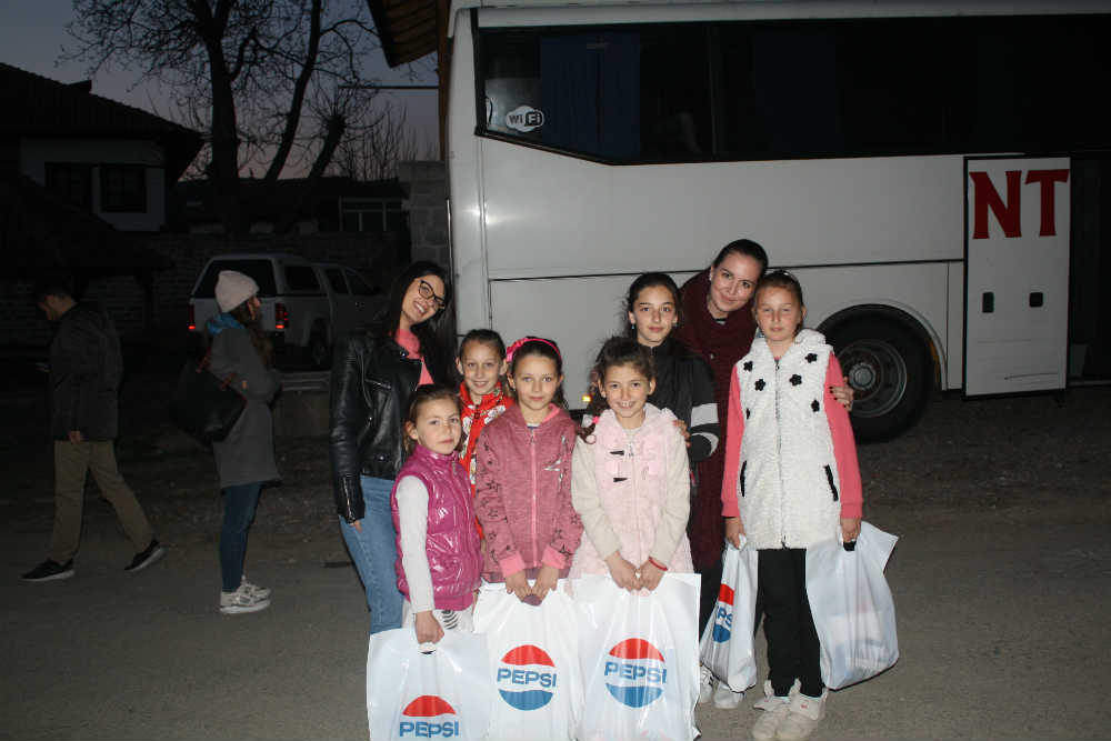 Sofija Stanković i Katarina Steljić sa decom iz Velike Hoče (foto: Katarina Steljić)