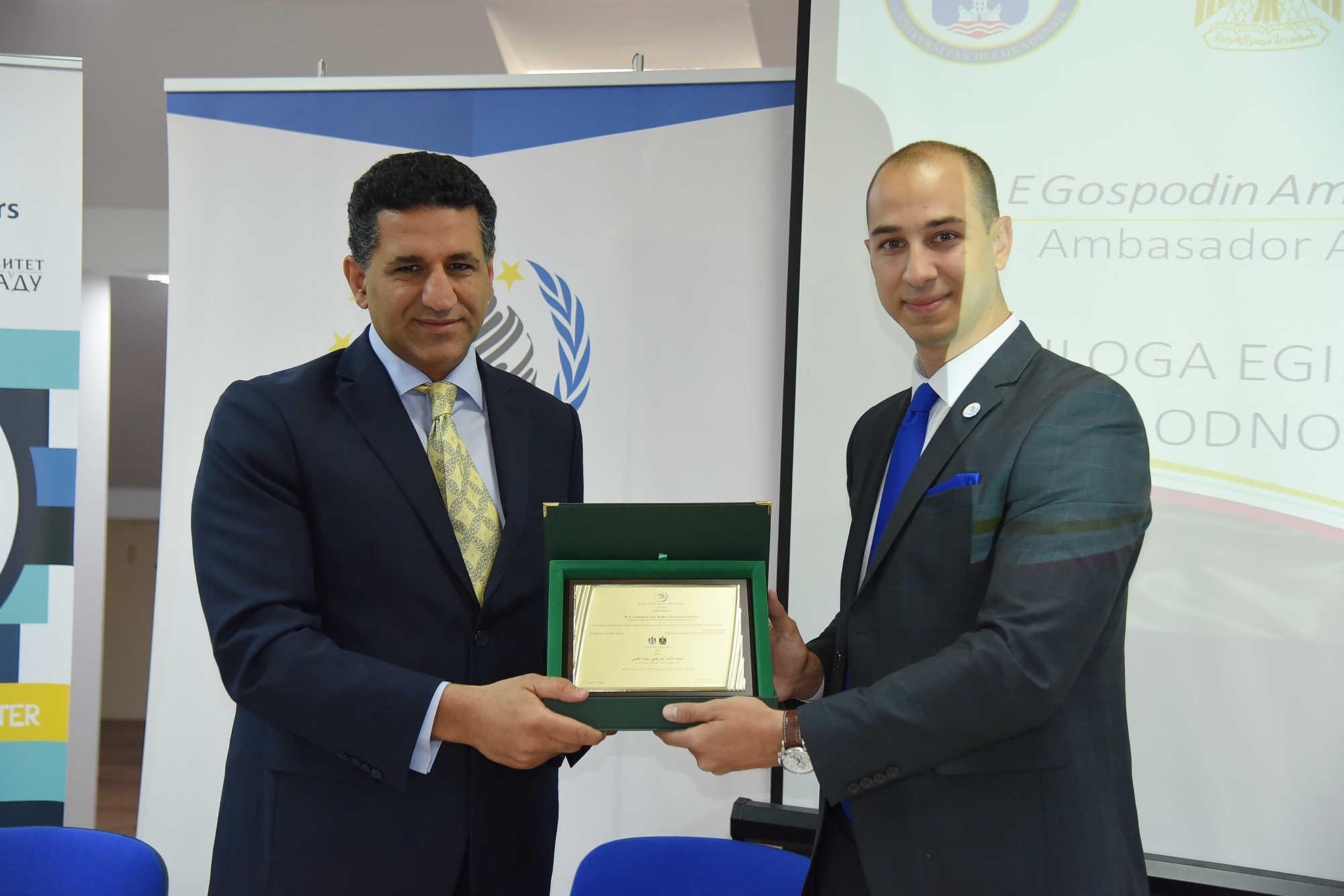 Predsednik Centra MA Aleksandar Klarić uručuje plaketu Nj. E. Amr Fathi Mohamed Alguvejliju, ambasadoru Egipta