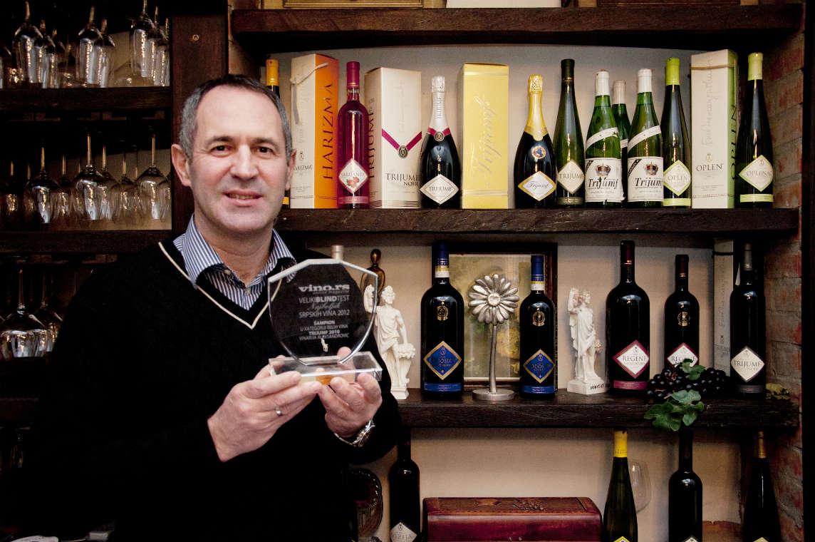 Gospodin Aleksandrović sa jednim od mnogobrojnih odlikovanja za vrhunski kvalitet vina