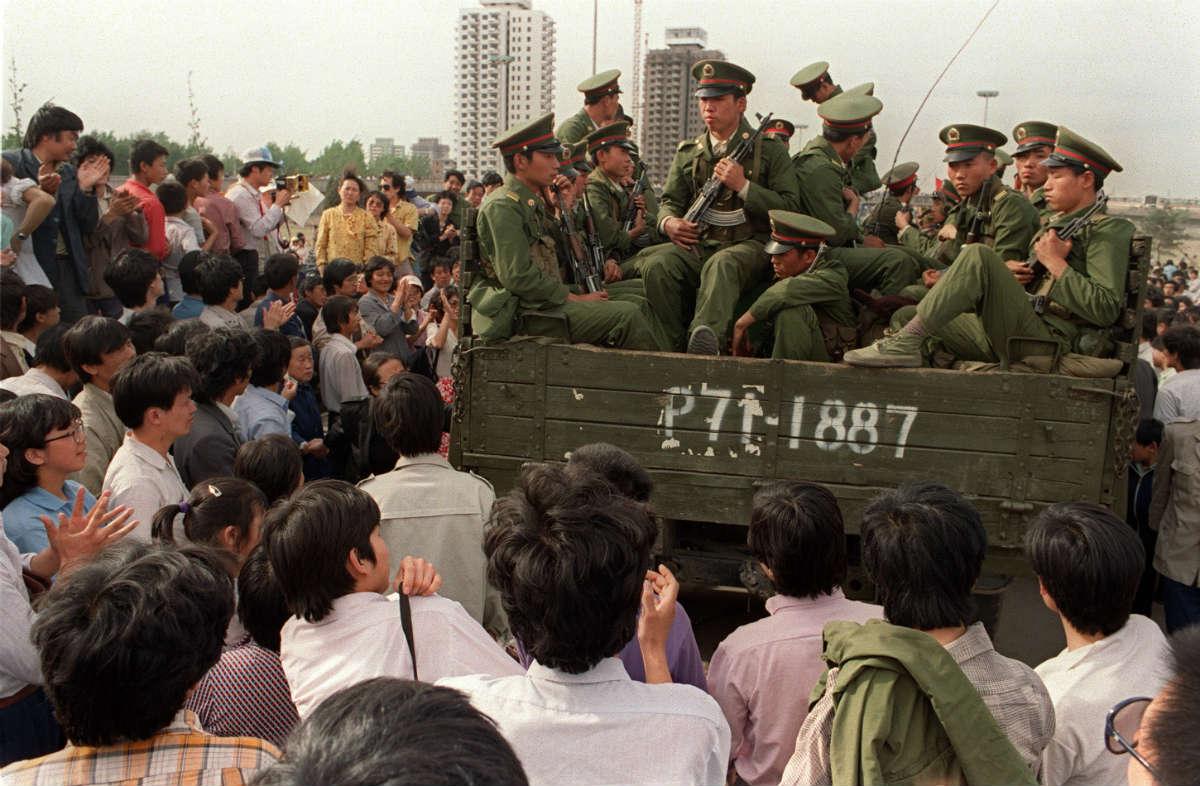 Protestanti okružuju pripadnike Narodnooslobodilačke armije na trgu Tjenanmen, 20. maj 1989. godine