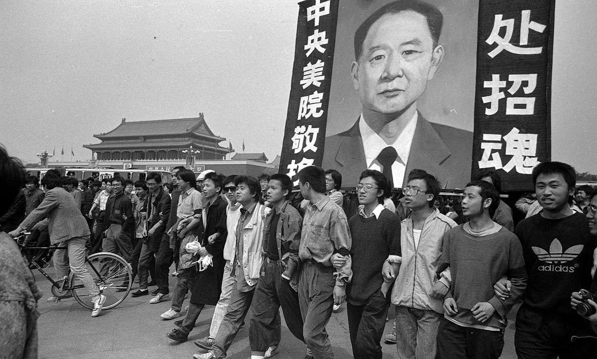 Studenti nose sliku Hua Jaobanga nakon njegove smrti 15. aprila 1989. godine na trgu Tjenanmen