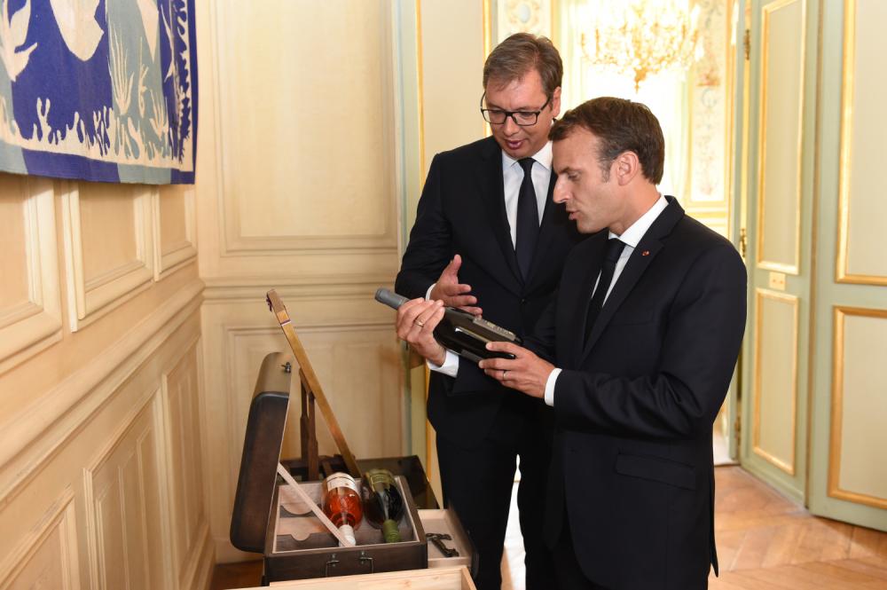 """Vina """"Aleksandrović"""" bila su deo zvaničnog državnog poklona tokom posete francuskom predsedniku Emanuelu Makronu (Foto: Tanjug/Dragan Kujundžić)"""