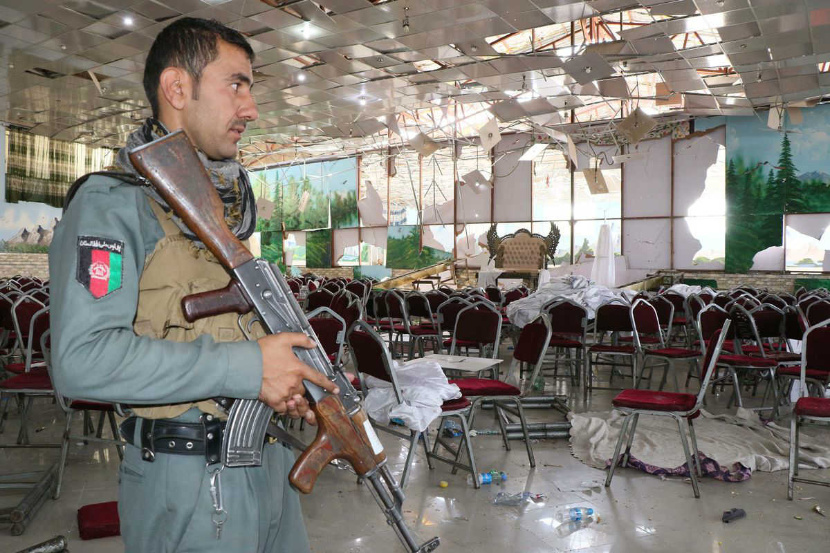 Pripadnik vojske Avganistana nakon bombaškog napada na svadbi u Kabulu (Foto: Getty Images)