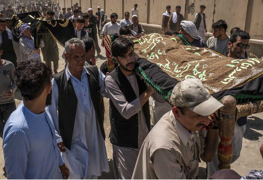 Prenošenje tela poginulih tokom bombaškog napada na svadbi u Kabulu, 18. avgust 2019. (Foto: Jim Huylebroek/The New York Times)