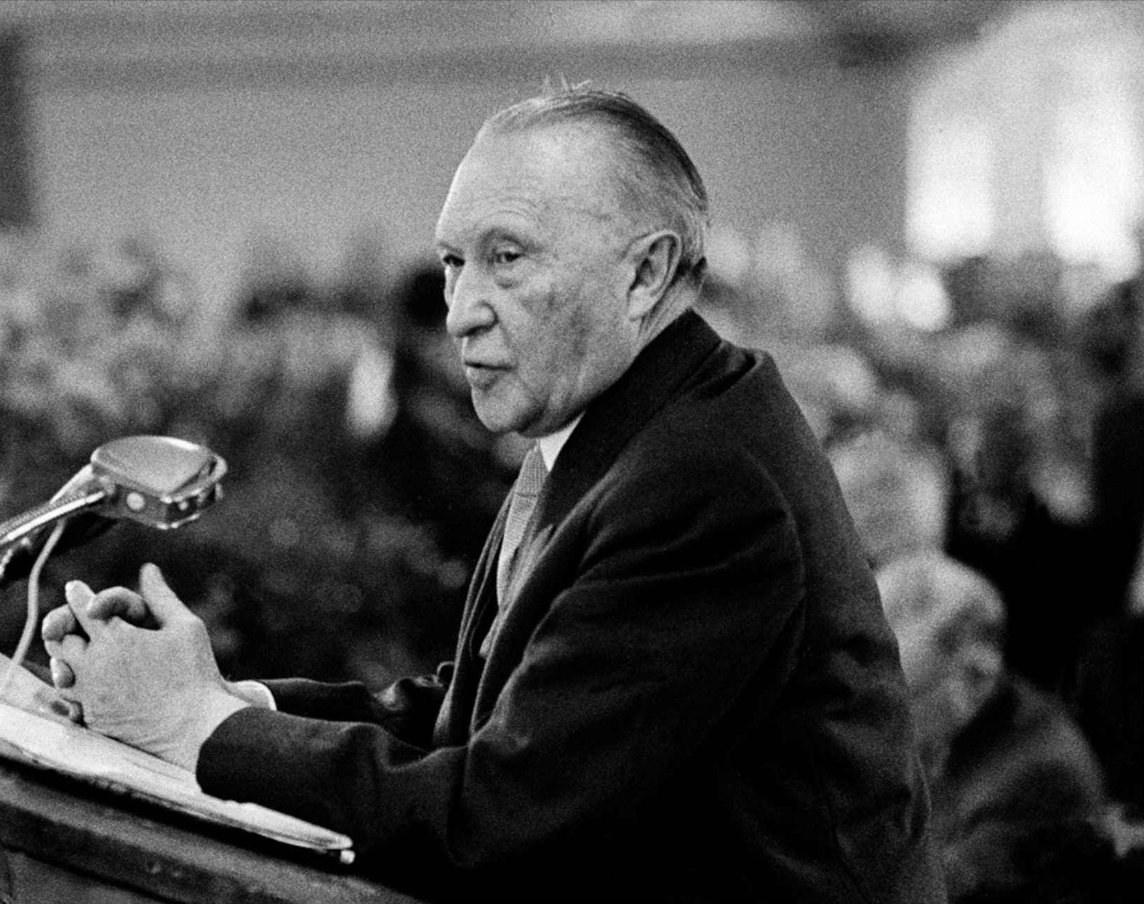 Nemački kancelar Konrad Adenauer za govornicom 1957. godine (Foto: horvatland.com)