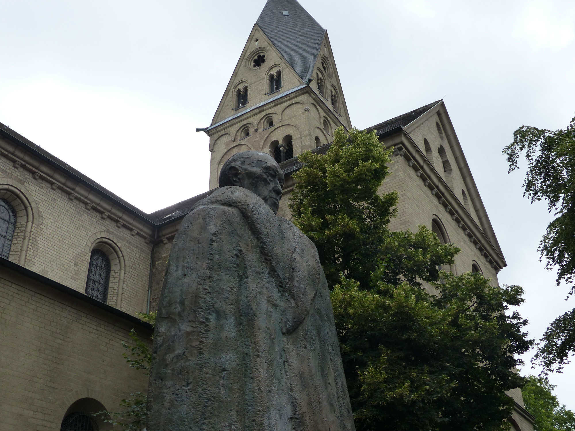 Spomenik Konradu Adenaueru ispred Bazilike Svetih apostola u Kelnu (Foto: Xipo Enelmundoperdido)