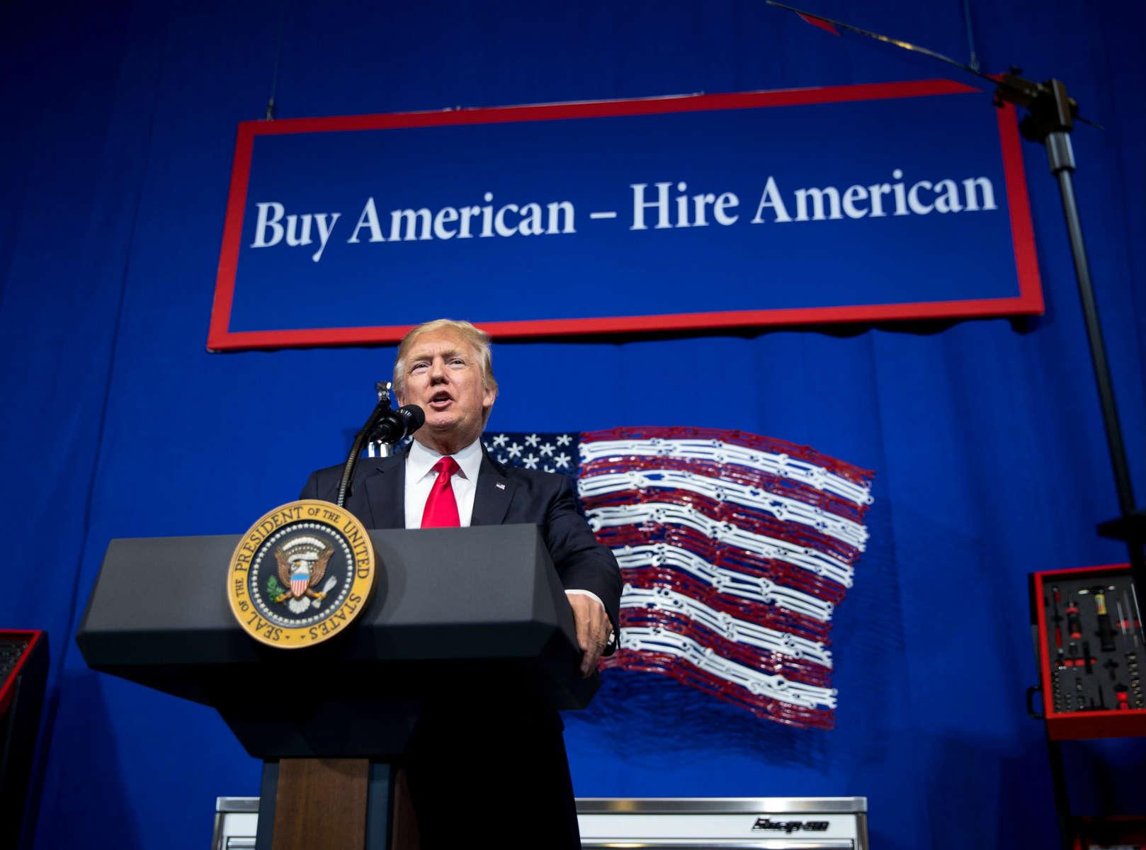 Američki predsednik Donald Tramp drži govor pred radnicima nakon posete jednoj fabrici (Foto: Doug Mills/The New York Times)