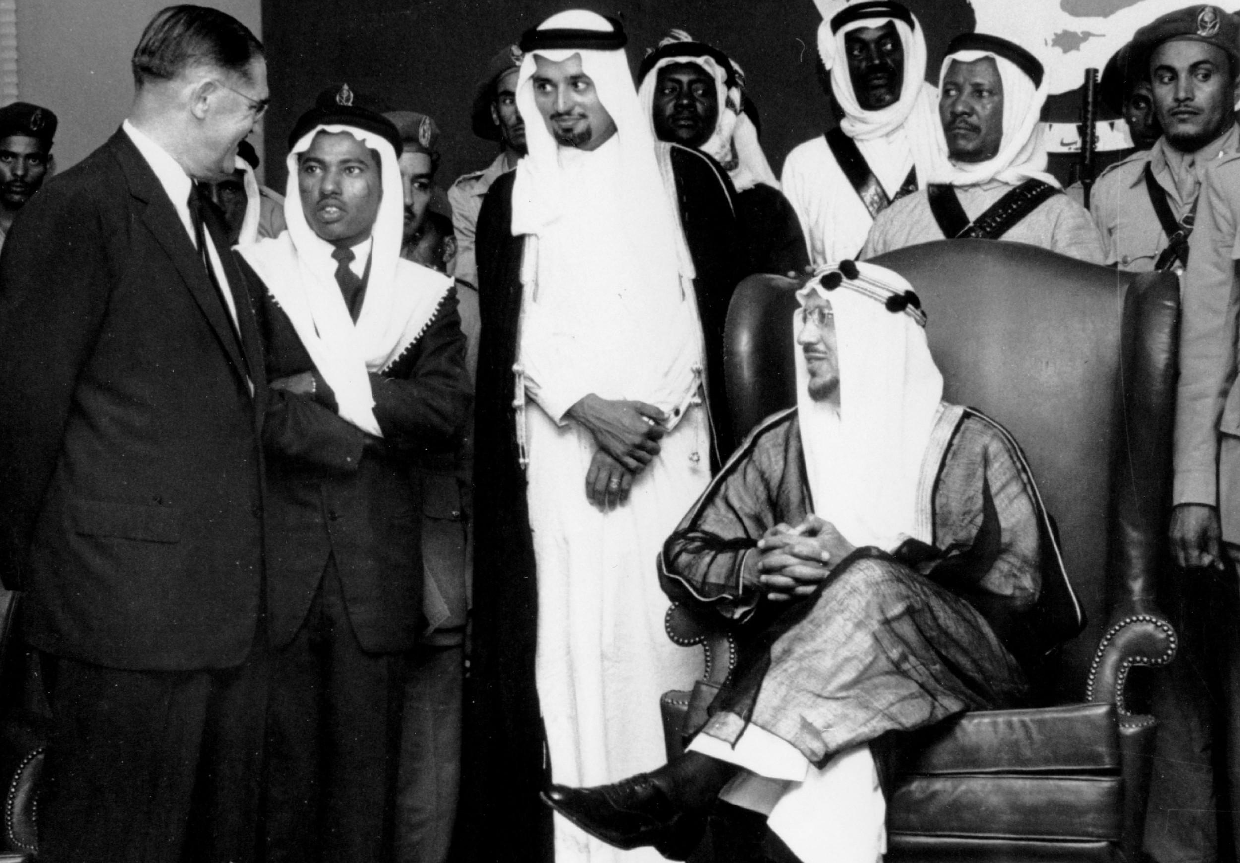 Saudijski kralj Ibn Saud okružen saradnicima (Foto: 2facetruth.com)