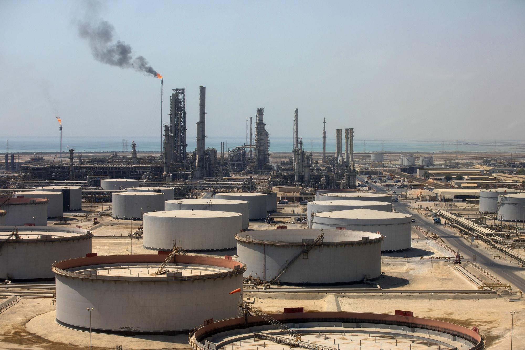 Naftni tanRezervoari za skladištenje sirove nafte u rafineriji nafte kojom upravlja Saudi Aramco, Ras Tanura (Foto: Bloomberg)keri