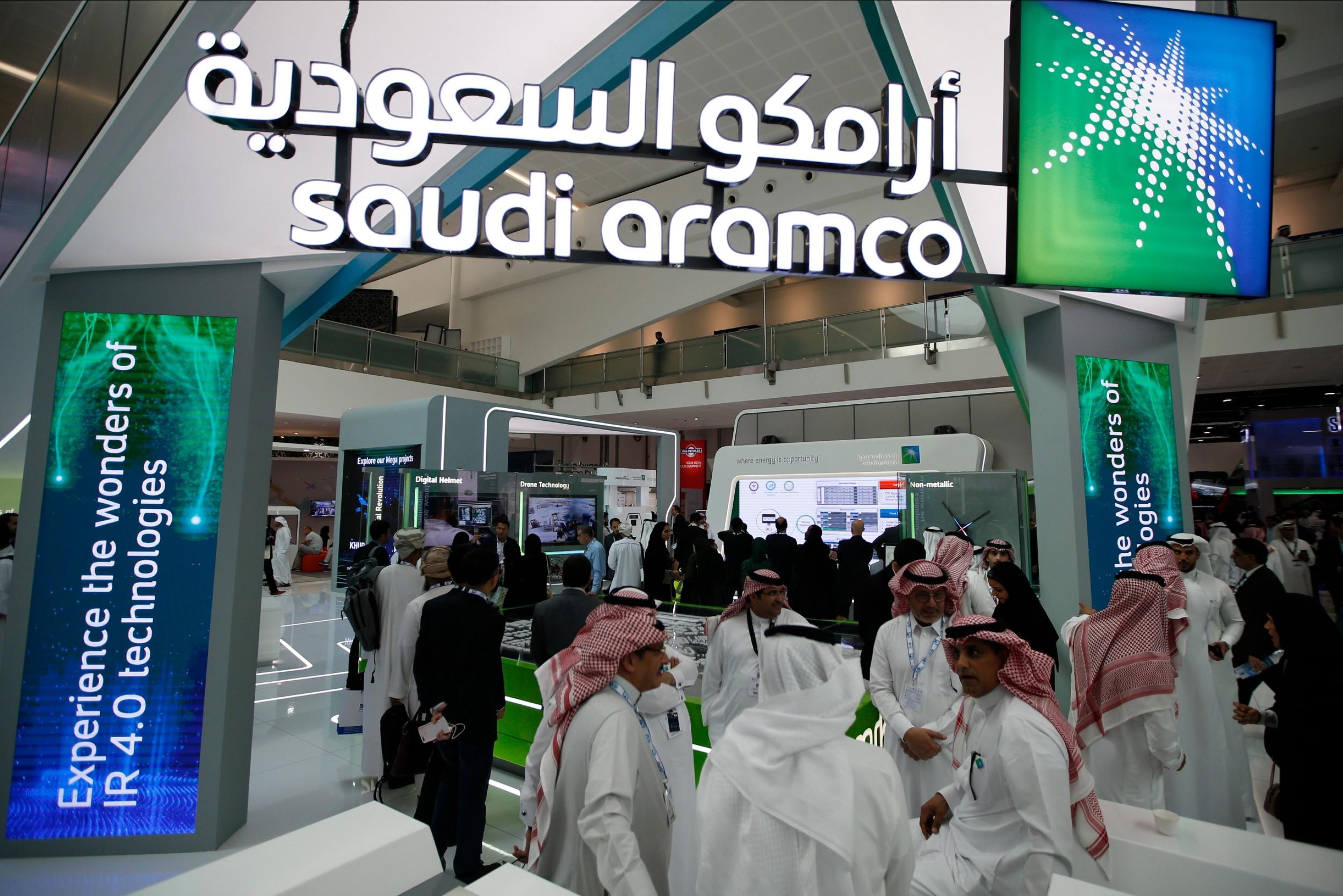 Posetioci na štandu Saudi Aramco-a tokom Međunarodne izložbe i konferencije o nafti, Abu Dabi, 11. novembar 2019. (Foto: EPA-EFE)