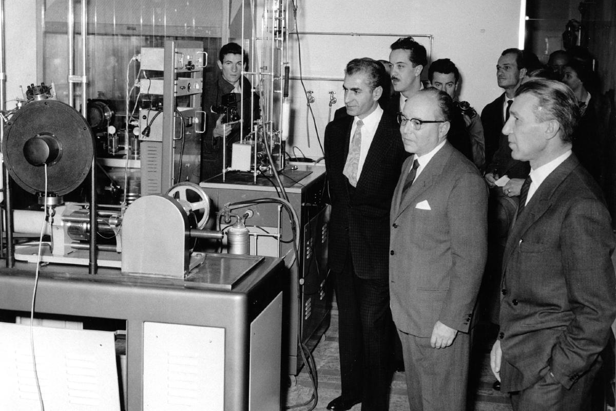 Iranski šah Mohamed Reza Pahlavi i Enriko Matei u poseti laboratoriji ENI, San Donato Milaneze, 1958. godine (Foto: enistoria.eni.com)