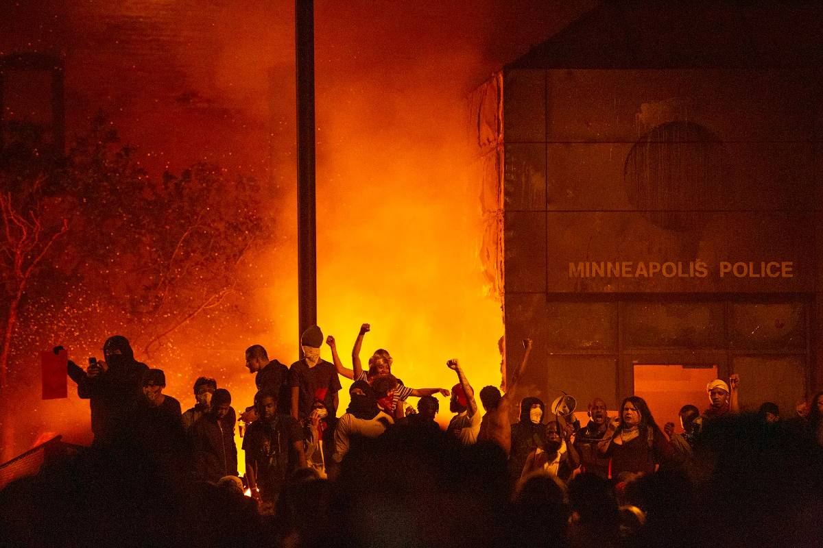 Demonstranti neposredno nakon paljenja policijske stanice, Mineapolis, 28. maj 2020. (Foto: Chris Juhn/ZUMA Wire)
