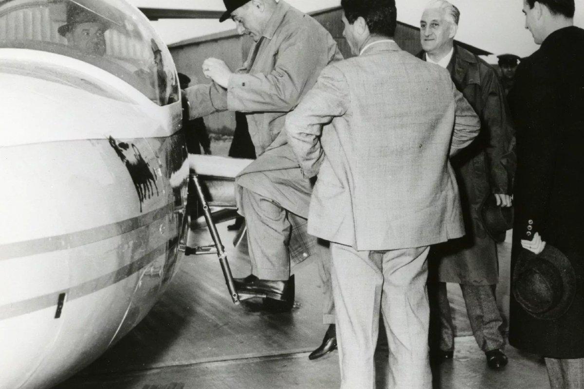 Enriko Matei se ukrcava u avion na svoj poslednji let (Foto: repubblica.it)
