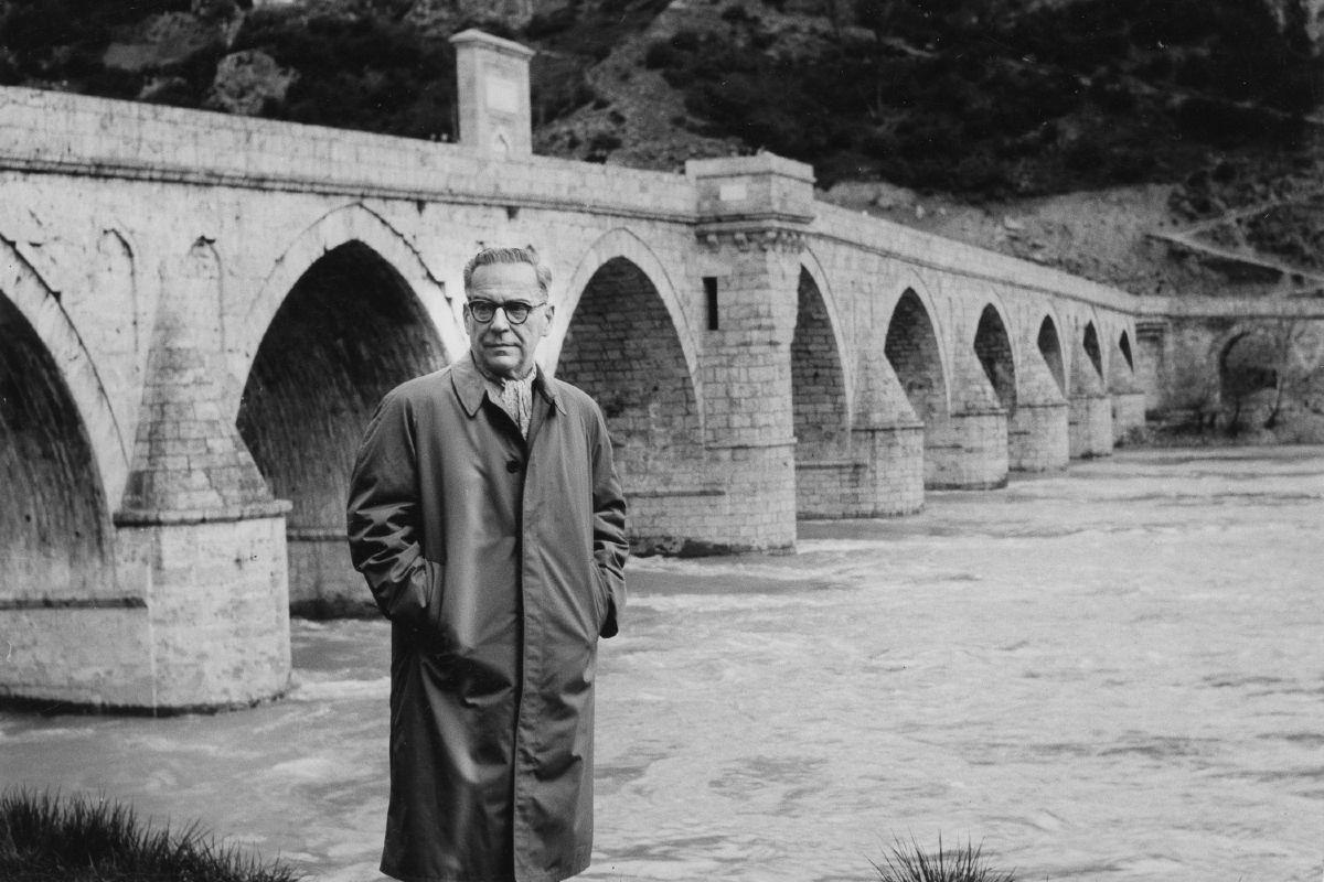Ivo Andrić ispred čuvene ćuprije na Drini u Višegradu (Foto: pastvu.com)