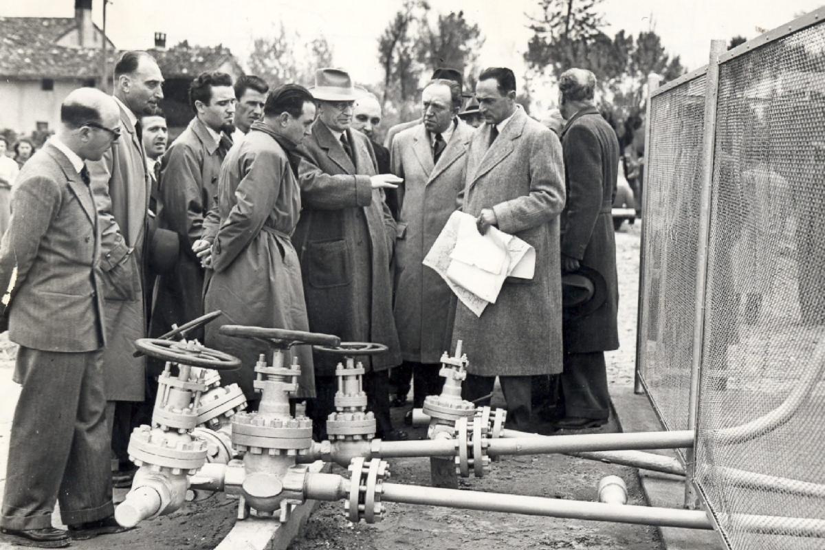 Enriko Matei sa saradnicima u poseti mestu za iskopavanje nafte, Kortemađore, maj 1950. (Foto: pandorarivista.it)
