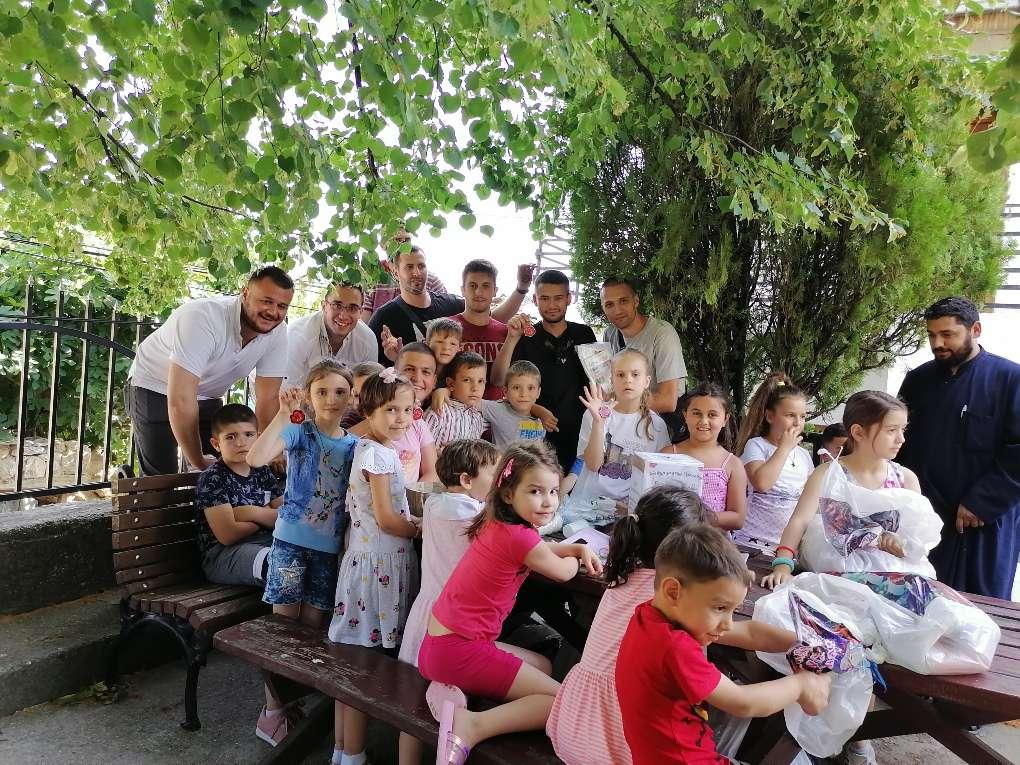 Članovi i prijatelji Centra sa decom Orahovca (Foto: Radomir Jovanović/CMJP)