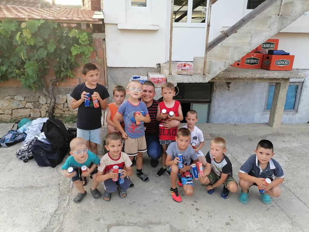 Radomir Jovanović sa decom iz Velike Hoče (Foto: Radomir Jovanović/CMJP)