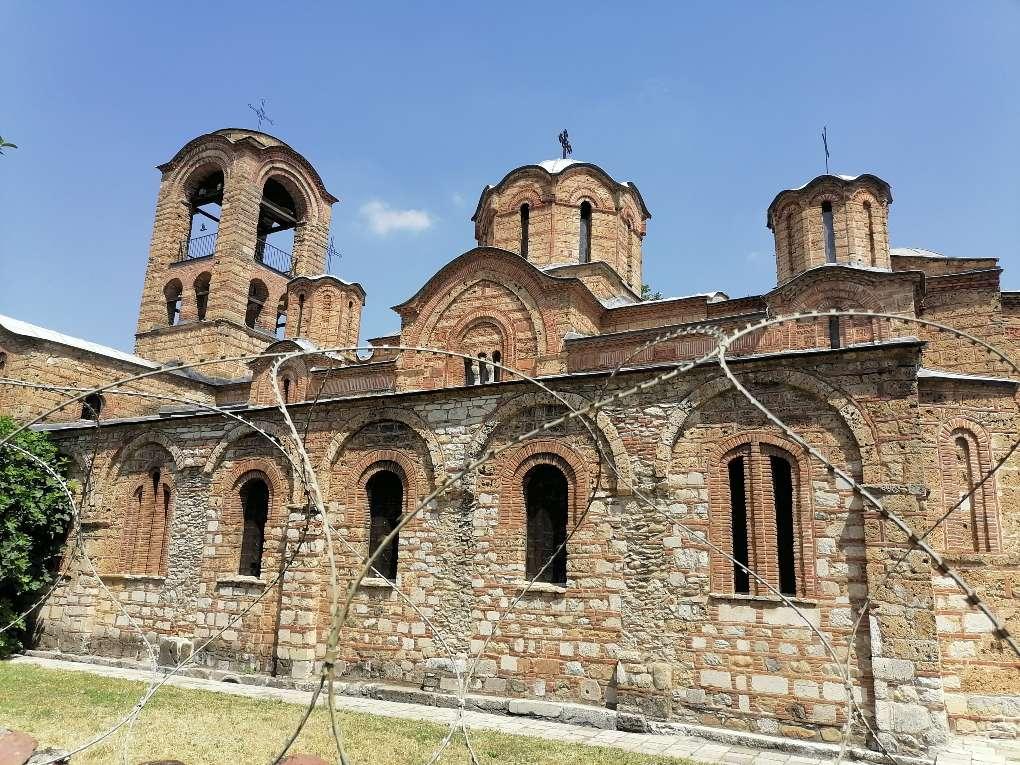 Crkva Bogordica Ljeviška u Prizrenu viđena kroz bodljikavu žicom kojom je opasana (Foto: Radomir Jovanović/CMJP)