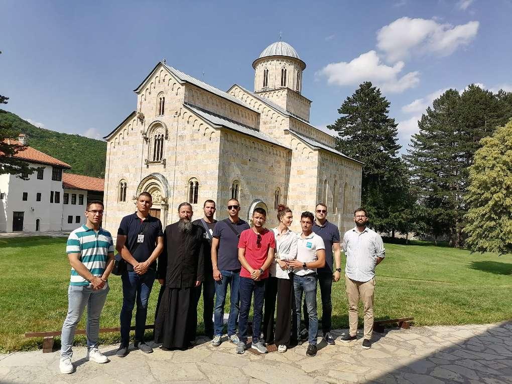 Članovi i prijatelji Centra sa ocem Petrom ispred manastira Visoki Dečani (Foto: Radomir Jovanović/CMJP)
